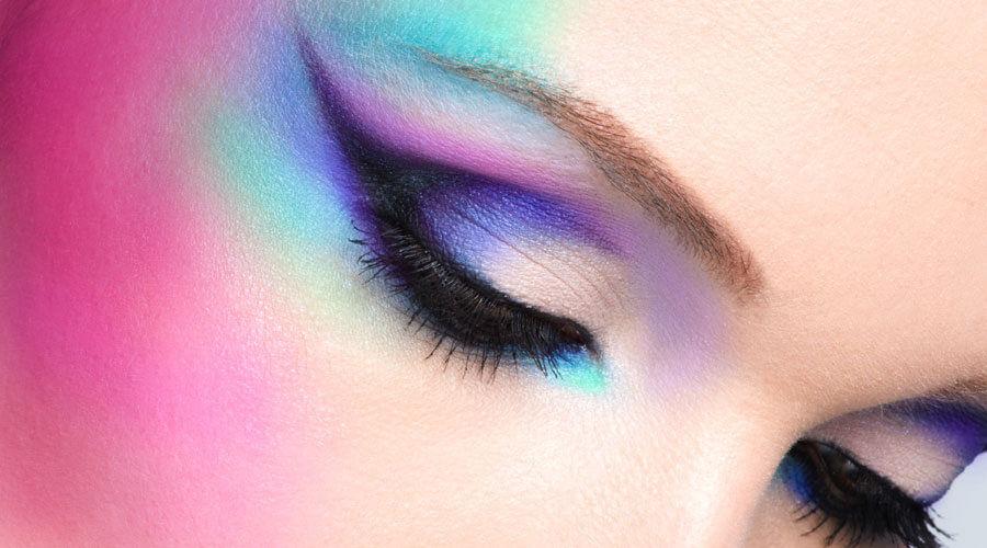 20 Eyeliner-Hacks, die man kennen muß